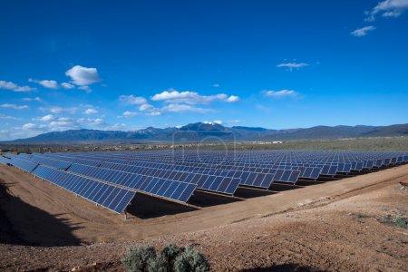 Foto de Sistema fotovoltaico grande en el campus de klauer unm taos, nm - Imagen libre de derechos