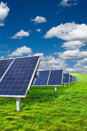 Foto de Paneles solares en hierba verde con cielo azul - Imagen libre de derechos