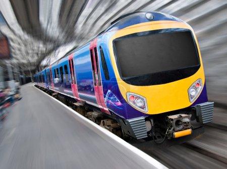 Photo pour Train de voyageurs rapide moderne avec Flou radial zoom - image libre de droit