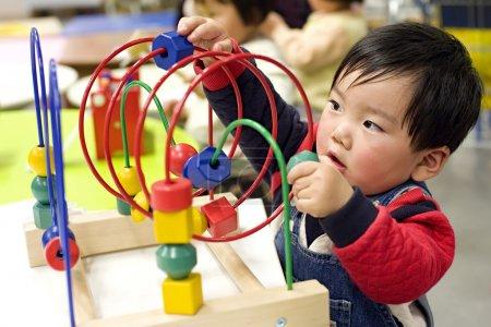 Photo pour Un bébé mignon joue au jouet . - image libre de droit