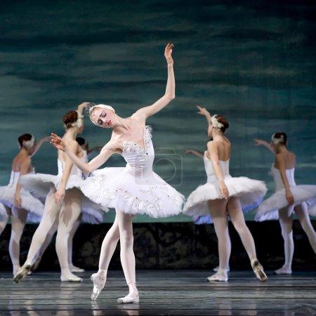 Photo pour CHENGDU - DEC 24 : Ballet du Lac des Cygnes interprété par le ballet royal russe au théâtre Jinsha 24 décembre 2008 à Chengdu, Chine . - image libre de droit