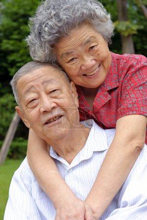 Photo pour Un couple intime de personnes âgées embrassé - image libre de droit