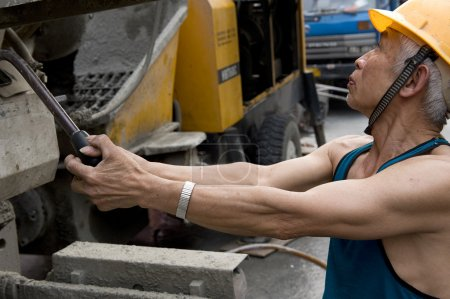Photo pour Travailleur dur sur chantier - image libre de droit
