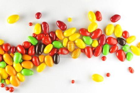 Photo pour Bonbons au chocolat colorés - image libre de droit