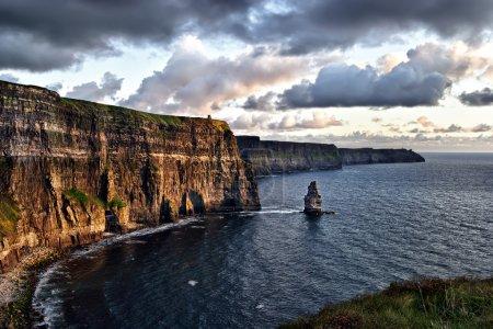 Photo pour Coucher de soleil nuageux sur les falaises de Moher, Irlande - image libre de droit