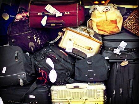 bagages empilés les uns sur les autres