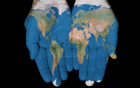 Photo pour Carte peinte sur mains montrant l'idée d'avoir du monde dans nos mains - image libre de droit