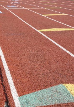 Photo pour Couleur rouge, grille de départ sur la piste de course - image libre de droit