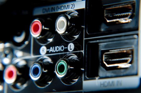 Photo pour Liaisons rca rouges, blanches, vertes et bleues derrière la télévision haute définition . - image libre de droit