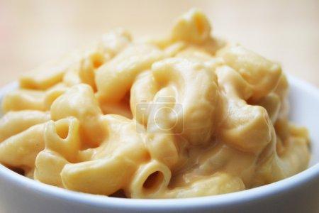 Photo pour Gros plan de macaroni et fromage dans un bol blanc - image libre de droit
