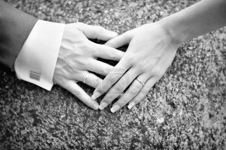 Photo pour Couple main dans la main avec des bandes de mariage sur eux - image libre de droit