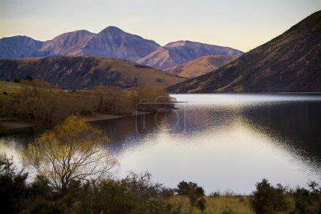 Photo pour Lac Highland avec les derniers correctifs de lumière donnant des couleurs pastels sur les collines voisines - image libre de droit