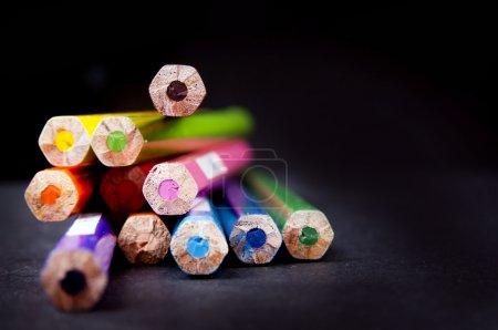 Photo pour Embouts de crayons usagés dans une pile en foyer peu profond - image libre de droit