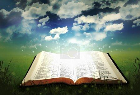 Photo pour Bible ouverte lumineuse avec des lumières et de paillettes - image libre de droit