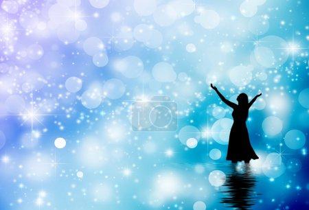 Photo pour Femme levant ses mains dans un backround d'hiver - image libre de droit