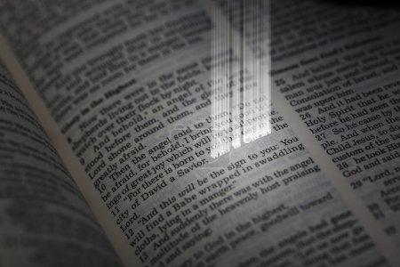 Photo pour Bible avec des mots lumineux de l'histoire de Noël en luke - image libre de droit