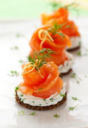 Photo pour Canapés avec fromage crème et saumon fumé - image libre de droit