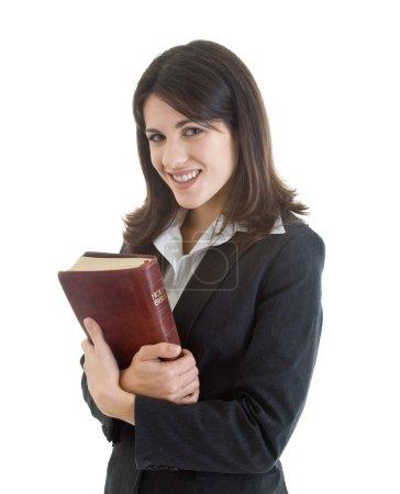 Photo pour Sourire femme caucasienne tenant la Bible étroitement isolé fond blanc - image libre de droit