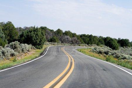 Photo pour Courbe en forme de S dans une autoroute à deux voies, à l'extérieur de Taos, Nouveau-Mexique . - image libre de droit