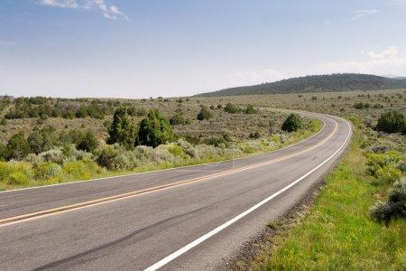 Photo pour Route à deux voies qui traverse le désert du Nouveau-Mexique . - image libre de droit