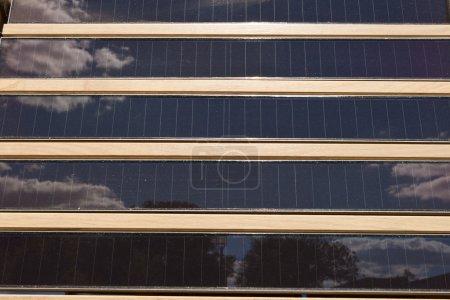 Foto de Filas de paneles solares con persianas - Imagen libre de derechos