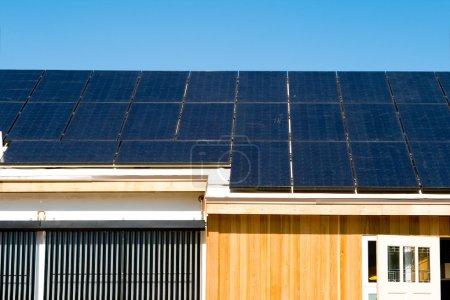 Foto de Nueva casa que tiene su techo completamente cubierto con fotovoltaica paneles solares. - Imagen libre de derechos