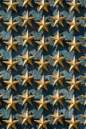 Foto de Estrellas de oro en la pared de la National World War Ii memorial en Washington Dc. Nota que cada estrella representa 100 estadounidenses muertos durante la segunda guerra mundial - Imagen libre de derechos
