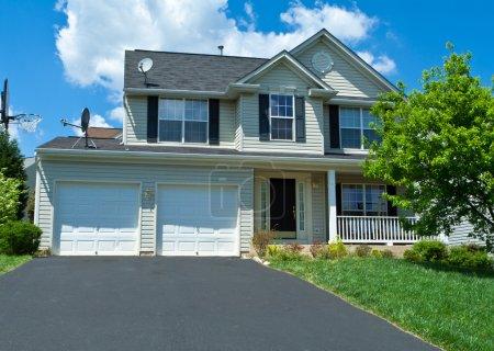 Photo pour Maison unifamiliale dans la banlieue Maryland, États-Unis. Garage à deux voitures, allée et panier de basket . - image libre de droit