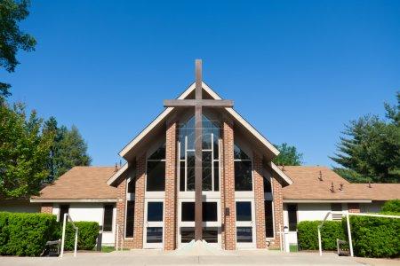 Photo pour Façade d'une église moderne, tourné avec un objectif grand angle. - image libre de droit