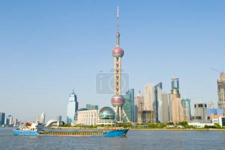 Photo pour Tour de télévision orientale Pearl à Pudong, Shanghai, Chine. Pudong est la nouvelle partie de Shanghai, en face de la rivière Huangpu du vieux Shanghai. Fond bleu ciel - image libre de droit