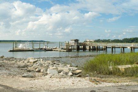 Photo pour Quai sur le marais de la baie arrière à marée basse. Hilton Head Island, Caroline du Sud - image libre de droit