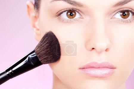 Photo pour Fille faisant maquillage avec brosse à poudre - image libre de droit