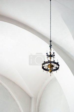 Photo pour Lustre de bougie dans l'église, accroché à la chaîne - image libre de droit