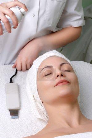 Photo pour Femme obtenant procédure d'hydratation supplémentaire avant le nettoyage de la peau au salon de beauté - image libre de droit