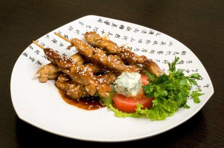 Photo pour Nourriture orientale japonaise sur plat blanc, teriyaki - image libre de droit
