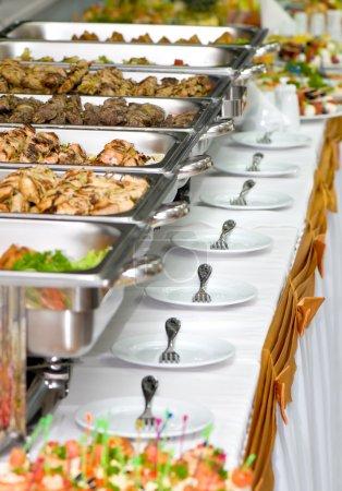 Photo pour Plateaux repas métallique banquet servi sur les tables - image libre de droit