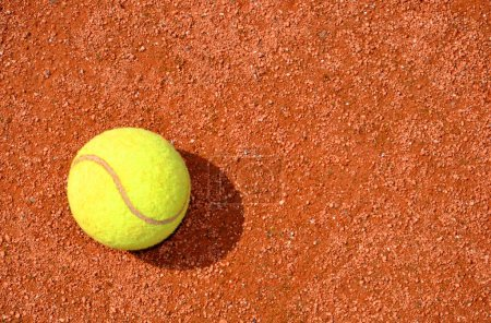 Photo pour Balle de tennis sur un court de tennis terre battue - image libre de droit