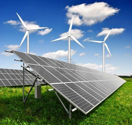 Foto de Paneles de energía solar y de la turbina de viento con cielo azul - Imagen libre de derechos