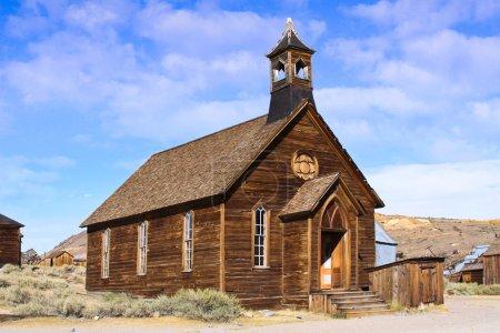 Photo pour Une vieille église en bois, située dans une vieille ville fantôme d'ouest. - image libre de droit